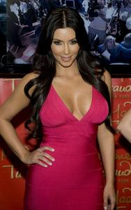 [IMG]http://img193.imagevenue.com/loc159/th_27817_kim_kardashian_wax_figure_madame_tussauds_070110_9_492x787_122_159lo.jpg[/IMG]