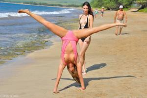 http://img193.imagevenue.com/loc335/th_557659940_Mary_and_Aubrey_Hawaii_II_Beach_Bunnies_55_123_335lo.jpg